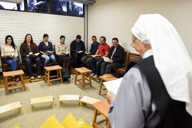 A irmã Elisabeth Franke, do Mosteiro do Encontro, em Mandirituba (PR), conduz um momento de meditação na oficina. Foto: Henry Milleo/Gazeta do Povo