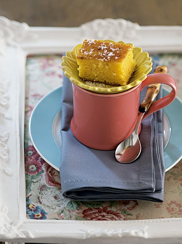 café com bolo em xícara preparada