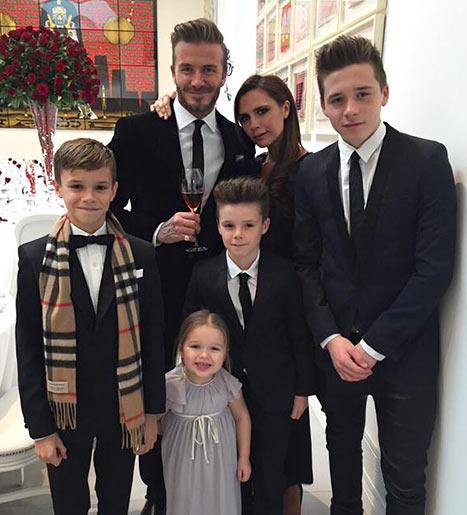 David e Vitoria Beckham com os filhos