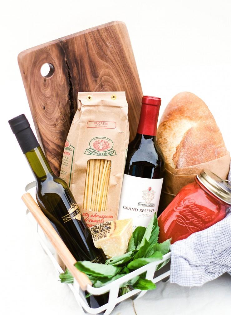 cesta de gentilezas com vinho, pão, azeite, macarrão