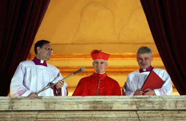 Tauran, ao centro, no momento em que anunciou ao mundo que o novo papa era Francisco, em 2013.