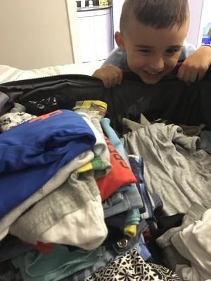 menino arrumando mala