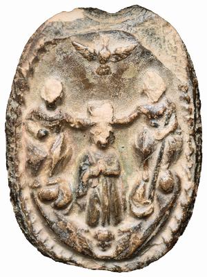 O medalhão de barro encontrado por um casal de lavradores está na origem da devoção (imagem: divulgação/Arquidiocese de Goiânia).