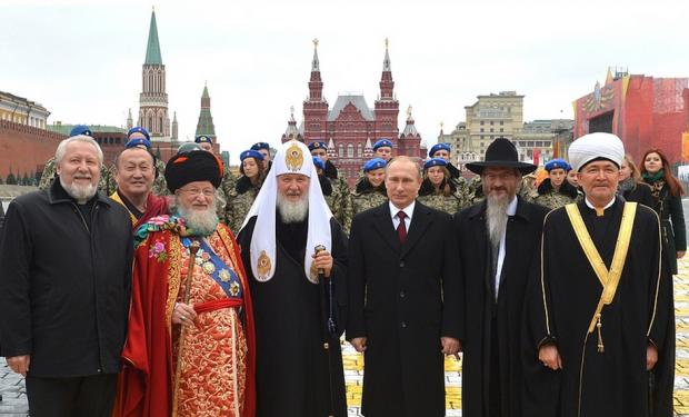 Putin e líderes religiosos no Dia Nacional da Unidade de 2015 (foto: Wikimedia Commons)
