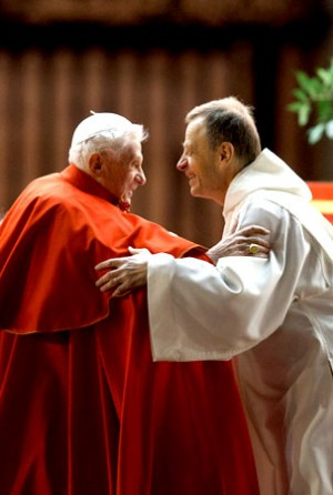 Bento XVI com o sucessor de Roger como prior de Taizé, o irmão Alois.