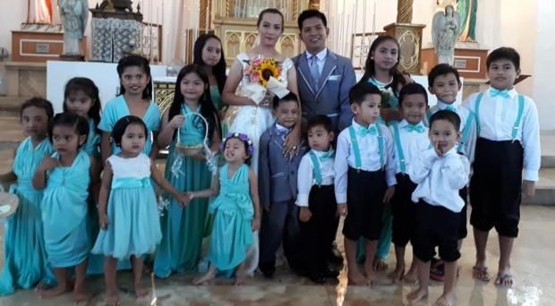 Mesmo com igreja inundada noivos se casam nas Filipinas