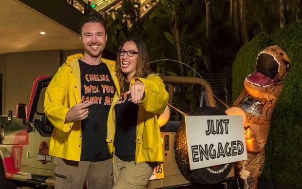 """Casal fã de Jurassic Park fica noivo em atração do filme com anel de mosquito """"pré-histórico"""""""