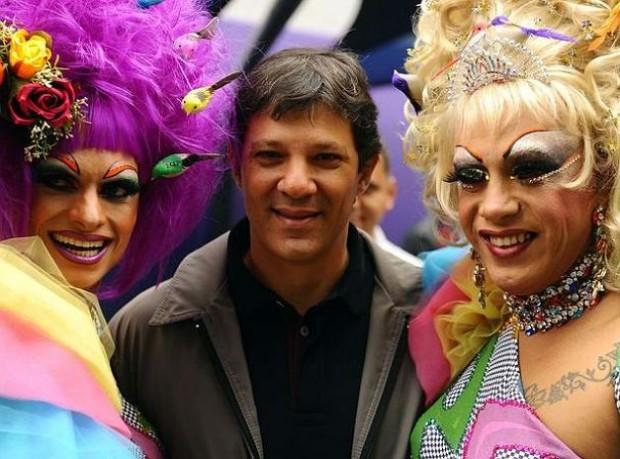 Haddad na 17ª Parada do Orgulho Gay, em São Paulo (foto: divulgação/Prefeitura de São Paulo).