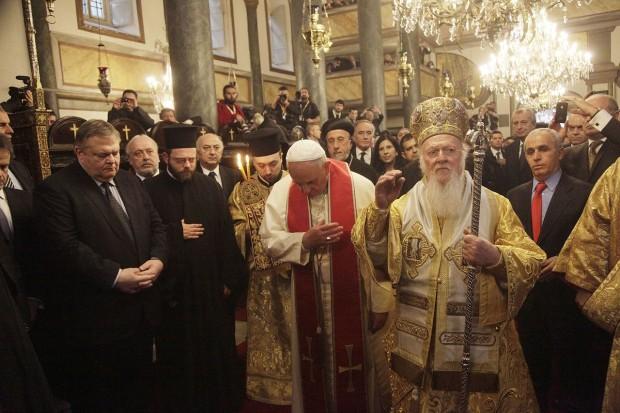 O patriarca Bartolomeu em Constantinopla, em 2014, com o papa Francisco. Foto: Ministério das Relações Exteriores da Grécia.