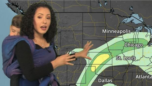 Meteorologista apresenta previsão do tempo com bebê nas costas e viraliza