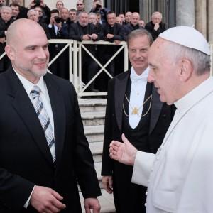 O escultor com o papa, no Vaticano em 2013. Divulgação/Timothy Schmalz