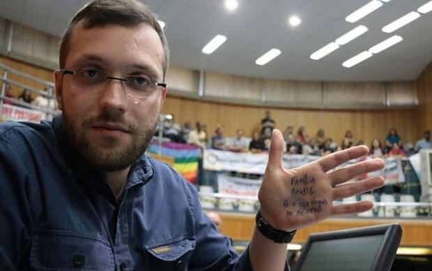 Filipe Barros, na Câmara de Vereadores de Londrina, numa das sessões que discutiu o projeto de lei de sua autoria que proibiu a difusão da ideologia de gênero nas escolas da cidade (foto: reprodução/Instagram).