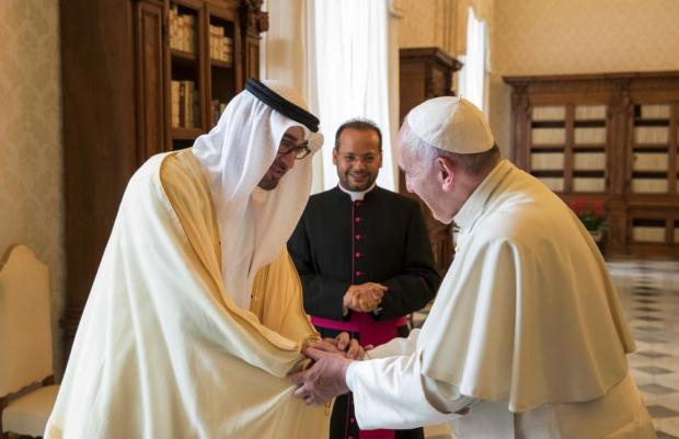 O príncipe de Abu Dhabi, o xeque Mohamed bin Zayed, em visita ao Papa Francisco em 2016. Foto: Mohamed Al Hammadi/Crown Prince Court