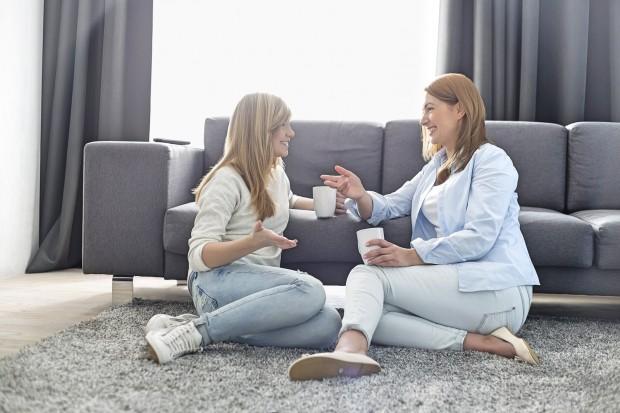4 conversas que você precisa ter com sua filha adolescente