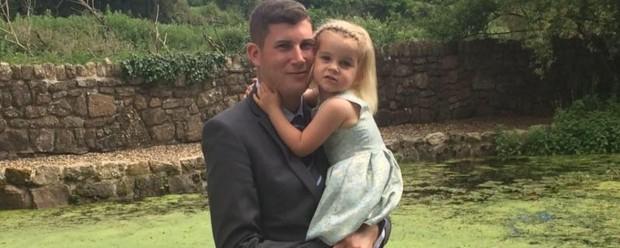 Brett com a filha mais velha, Freya., em 2017. Reprodução/Facebook
