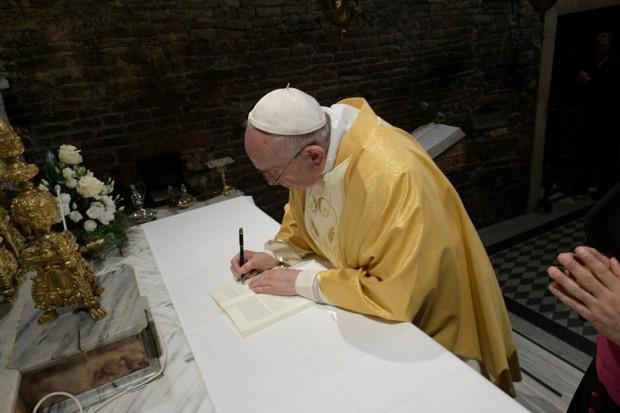 O papa assina a exortação, em Loreto, no último dia 25 de março. Foto: Facebook/Vatican News