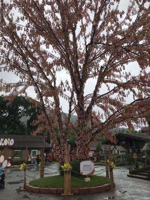 A linda Osterbaum na Osterfest de Pomerode: são mais 100.000 casquinhas naturais.