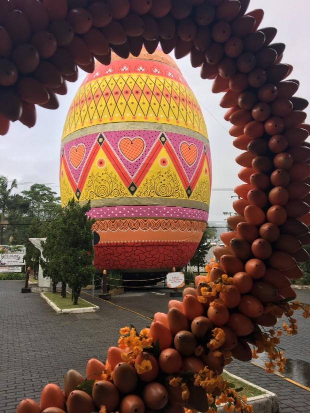 O maior ovo decorado do mundo, conferido pelo Guinness, está em Pomerode! Crédito: Arquivo Pessoal