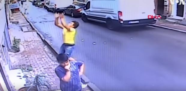 Menina de 2 anos cai de prédio na Turquia e é salva por adolescente
