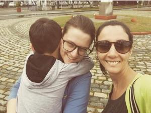 Sofia com seu filho (à esquerda) e Ísis (à direita) em foto recente. | Foto: Arquivo Pessoal
