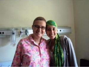 Sofia (à esquerda) e Ísis (à direita) durante o tratamento | Foto: Arquivo Pessoal