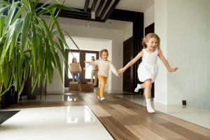 Leve as crianças para conhecer a nova casa. Foto: Bigstock