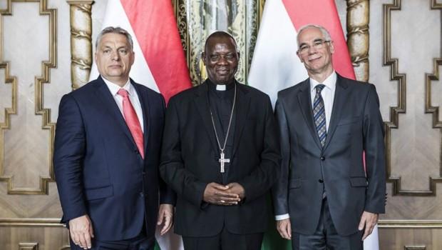 Viktor Orban, à esquerda, acompanhado de líderes cristãos da Nigéria que negociaram a ajuda humanitária (foto: Governo da Hungria).