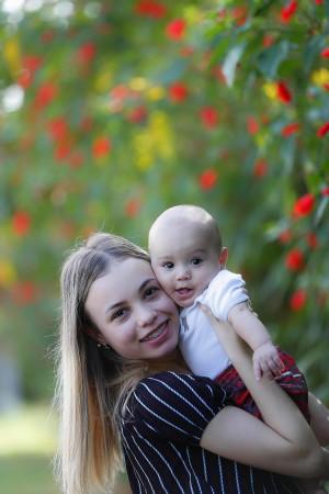 Kamile Vitória Oliveira e o pequeno Arthur. Foto: Jonathan Campos/Gazeta do Povo