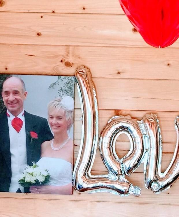 Na decoração, uma foto do primeiro casamento de Bill e Anne | Foto: Facebook/Love What Matters/Anne Duncan