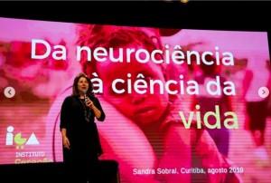 Sandra realiza palestras e congressos para explicar a importância do afeto na primeira infância. Reprodução/Facebook
