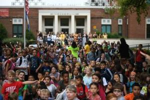 As crianças aguardando a chegada de Whitaker na escola. | Foto: Astrid Riecken/The Washington Post