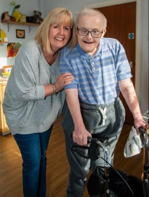 Georgie Wildgust e sua sobrinha Nikki Wright que o visita toda semana. | Facebook/Discapacidad TV
