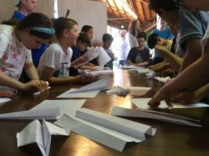 O torneio reuniu pais e filhos para montar aviões de papel. Foto: Divulgação/Colégio do Bosque Mananciais