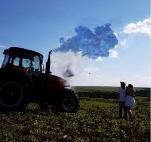 Filha de agricultores, Sara usou a fumaça de um trator para revelar o sexo de seu bebê. Foto: Arquivo pessoal/Sara Pessin