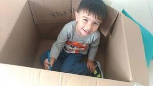 Desde pequeno, Nícolas troca brinquedos extravagantes por horas divertidas em uma caixa de papelão. Foto: Arquivo pessoal/Flávia Cavalcante